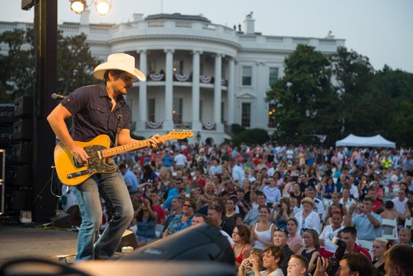 Brad-Paisley-White-House-CountryMusicRocks.net_
