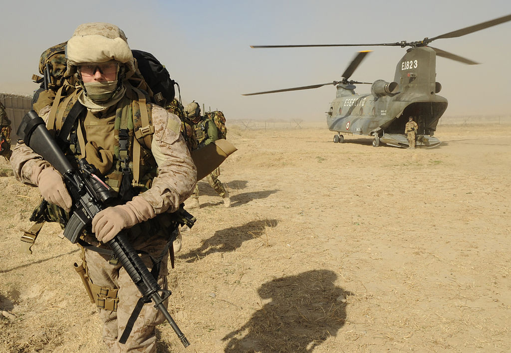 1024px-U.S._Marine_Corps_Sergeant_exits_an_Italian_Army_CH-47_Chinook