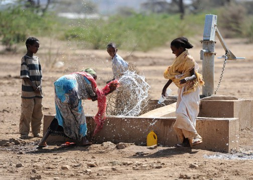 Ethiopian_women_and_boys_playing_with_water