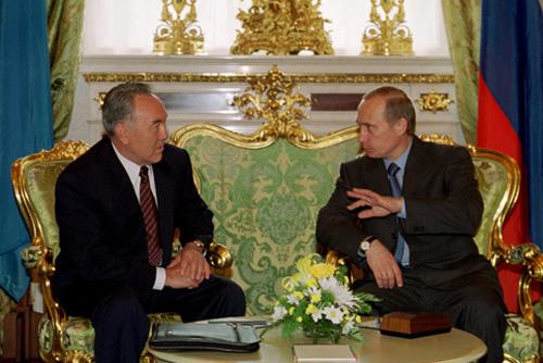 TAS34: MOSCOW, JUNE 19. -- Russian President Vladimir Putin (right) and President of Kazakhstan Nursultan Nazarbayev seen pictured during the tete-a-tete meeting in the Kremlin today. (ITAR-TASS photo/ Vladimir Rodionov, Sergei Velichkin) ----- ÒÀÑ59. Ðîññèÿ, Ìîñêâà. 19 èþíÿ. Âîïðîñû ïîëèòè÷åñêîãî ñîòðóäíè÷åñòâà, òîðãîâî-ýêîíîìè÷åñêèõ îòíîøåíèé, ïðèãðàíè÷íûå âîïðîñû, ïðîáëåìû Áàéêîíóðà è ñâÿçàííûå ñ íèì ýêîëîãè÷åñêèå âîïðîñû, à òàêæå ïðîáëåìû ÒÝÊ, æåëåçíîäîðîæíûõ òàðèôîâ è ñòàòóñ Êàñïèÿ îáñóäèëè ñåãîäíÿ ïðåçèäåíò ÐÔ Âëàäèìèð Ïóòèí (íà ñíèìêå - ñïðàâà) è ïðåçèäåíò Êàçàõñòàíà Íóðñóëòàí Íàçàðáàåâ.Ôîòî Ñåðãåÿ Âåëè÷êèíà è Âëàäèìèðà Ðîäèîíîâà (ÈÒÀÐ-ÒÀÑÑ)